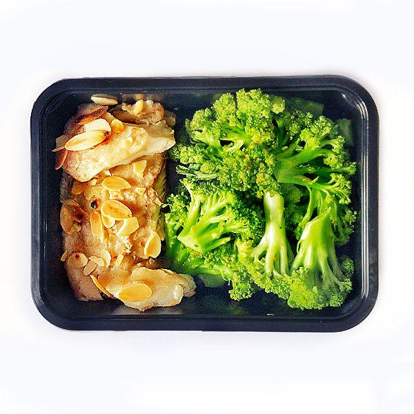 Peixe no vapor com amêndoas tostadas e Brócolis assado - low carb