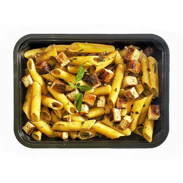 Penne integral com tofu defumado e pesto - vegano