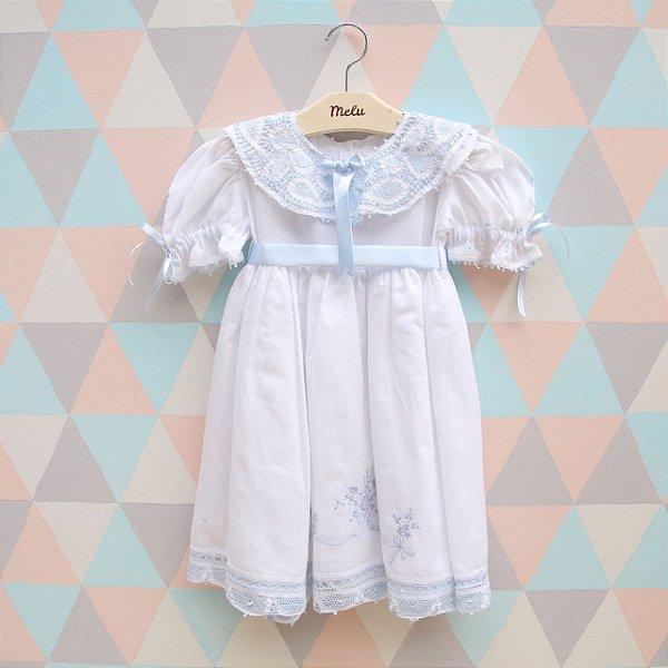 Vestido branco com renda renascença azul e laço