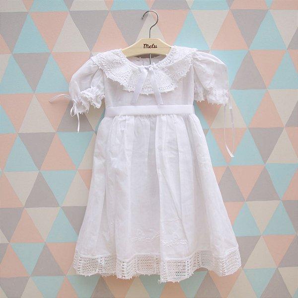 Vestido branco com renda renascença branca e laço