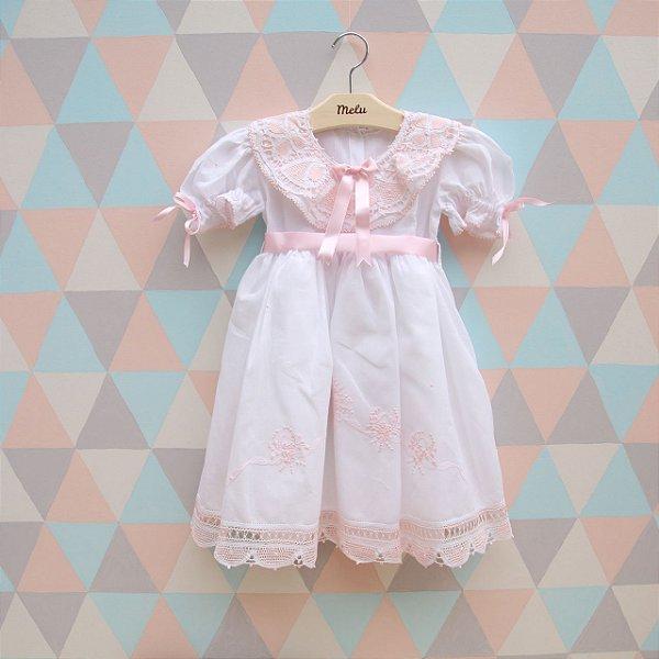 Vestido branco com renda renascença rosa e laço