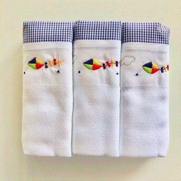 Kit com 3 fraldas bordadas à mão - pipa