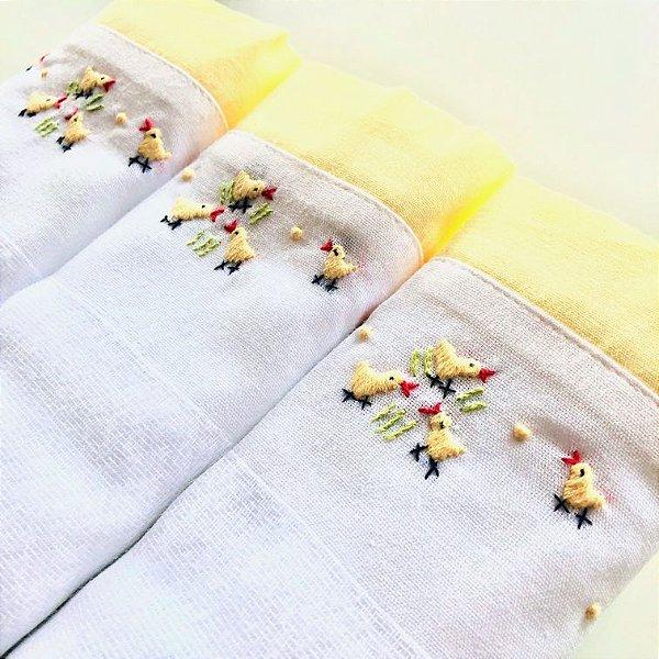 Kit com 3 fraldas bordadas à mão - pintinhos