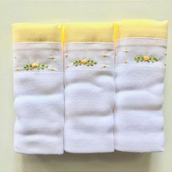Kit com 3 fraldas bordadas à mão - flor amarela