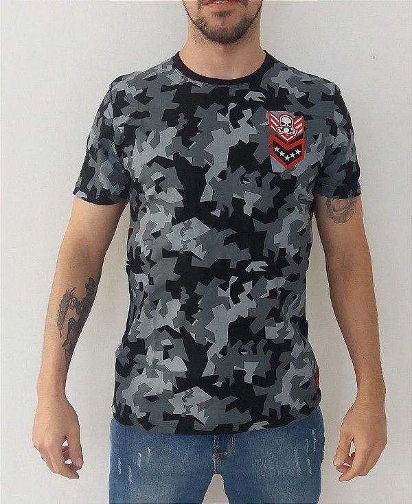 Camiseta Camuflada com Patch Militar