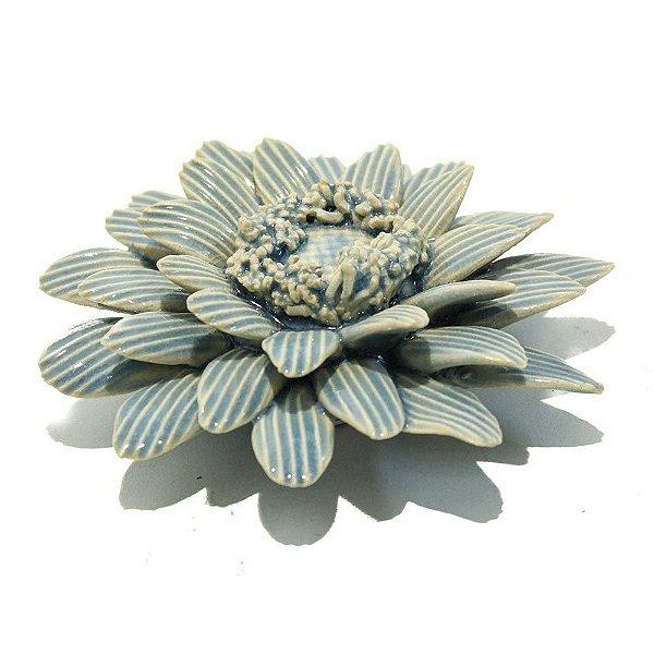 Flor decorativa em cerâmica azul claro