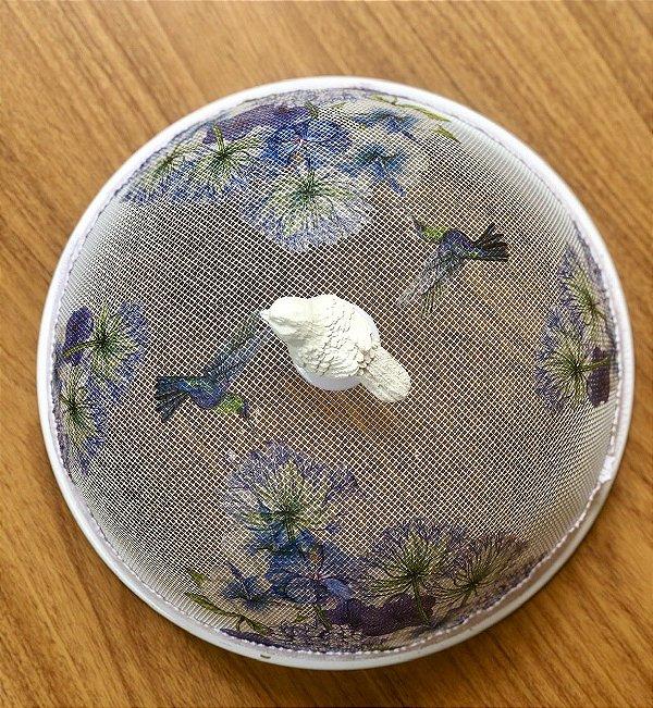 Cobre alimento flores azuis com pássaro