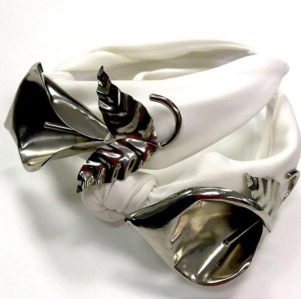 Turbante Branco com Maxi Flor de Metal Abi Project + Pinli