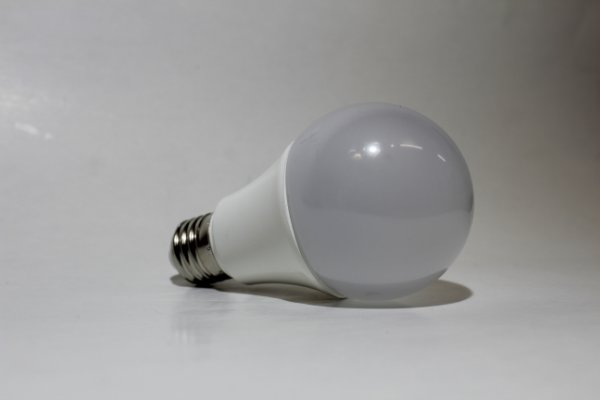 Lâmpada Bulbo LED 9W Branco Quente