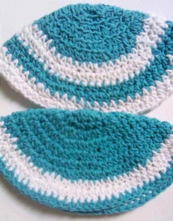 Kipá infantil de crochê azul com branco