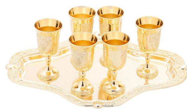 Bandeja com seis mini tacinhas douradas