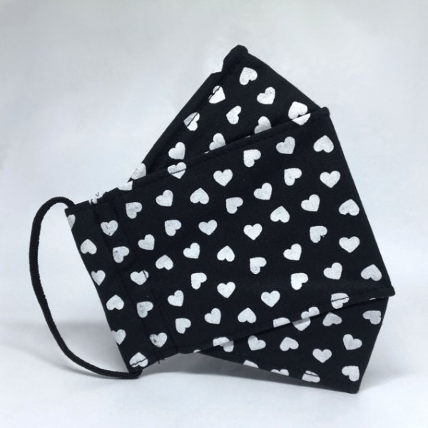 Máscara 3D Preta de Corações Brancos - Tripla Camada
