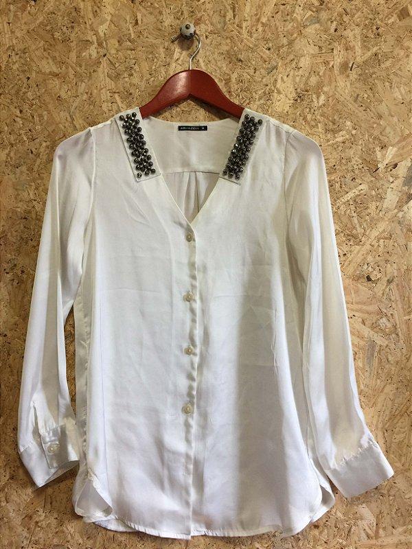 Camisa off white ombro bordado (M) - Armazém