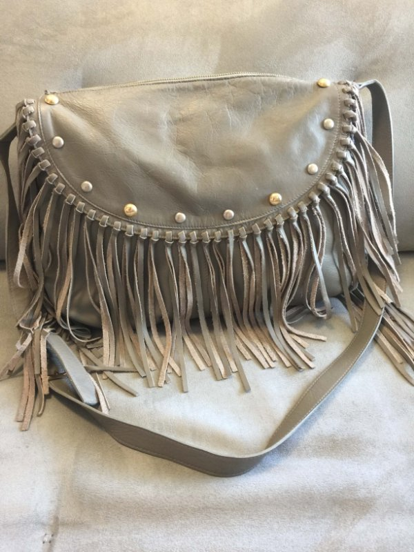 Bolsa cinza com franjas (U) - It Bag