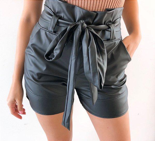 Shorts em Courino Preto com Amarração