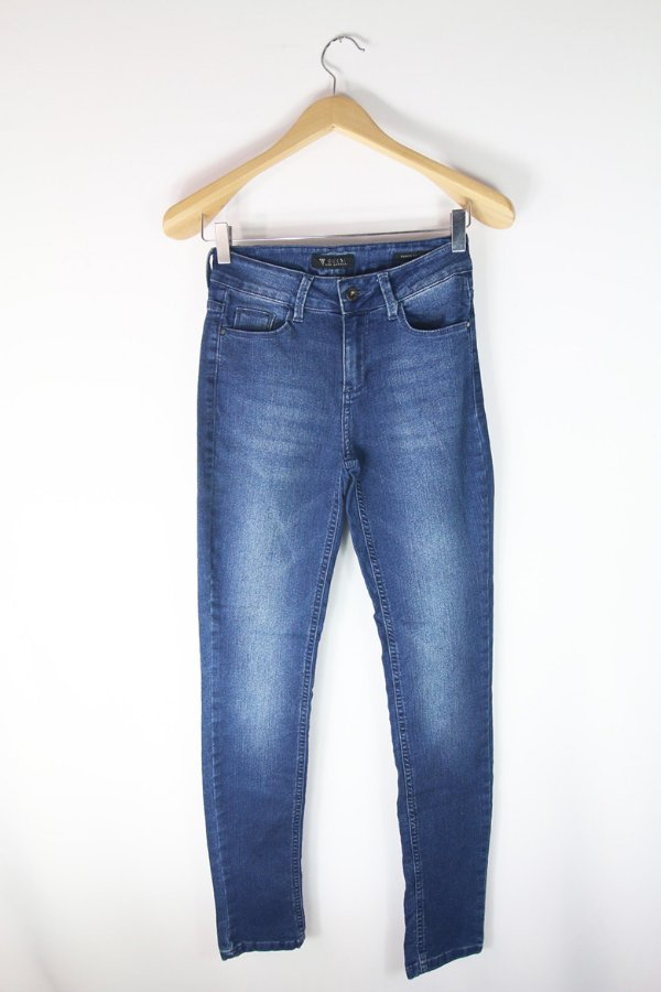 Calça Jeans Claro Guess Skinny Usada   Brechó Online - Enfim Lucrei ... 871c333a18