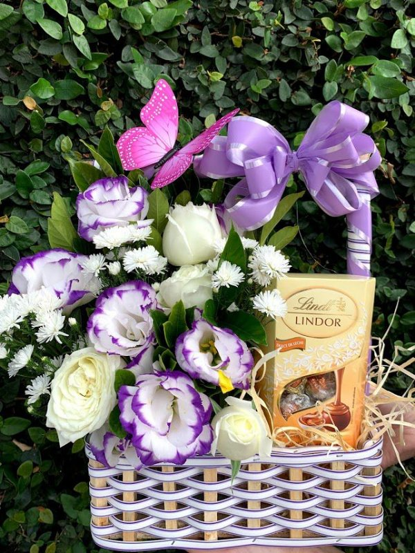 Encanto de lisianthus com rosas e chocolates