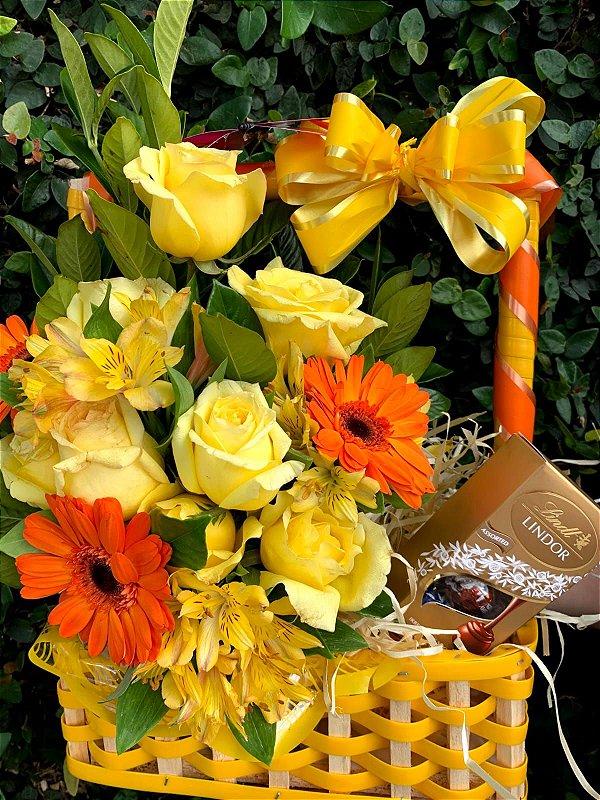Arranjo de gérberas, rosas amarelas e chocolates