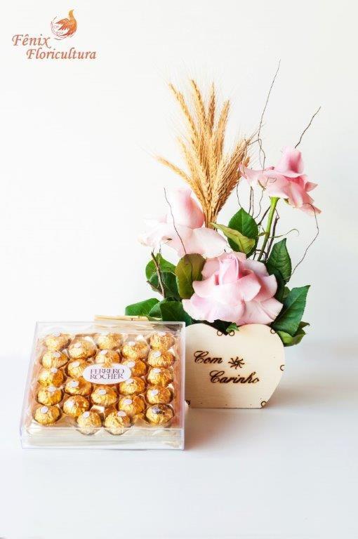 Arranjo de Rosas Importadas com Ferrero Rocher