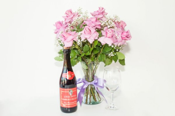Luxuoso Arranjo Rosas Lilás com Vinho