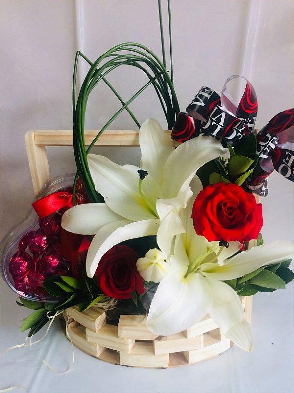 Arranjo de lírio com rosas e chocolate