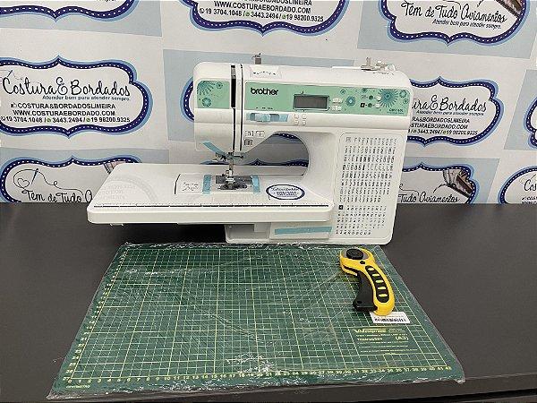 Máquina de Costura Brother QB9110L com 100 pontos + Kit com cortador de patchwork e base pequena de corte