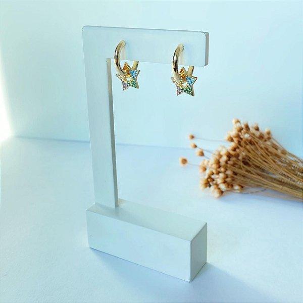 Argola mini lisa com estrela colorida dourada
