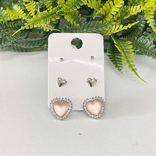 Kit de brincos com coração rosa fosco cravejado, coração chapado e bolinha prata