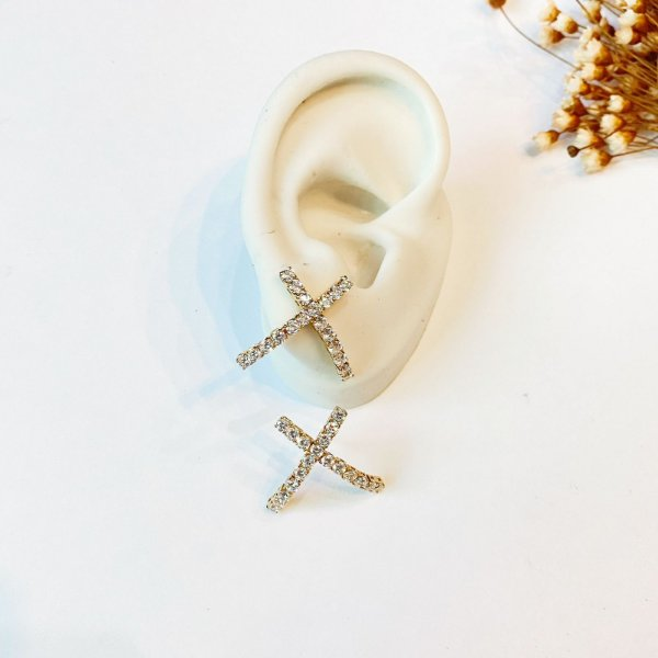 Brinco Ear Hook X cravejado dourado