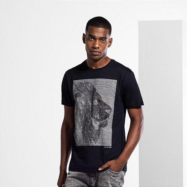 Camiseta Masculina com Estampa Manual ENGRAVE LION - PRETO