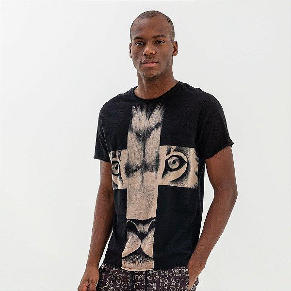 Camiseta masculina estampa de leão e cruz frontal - Preto