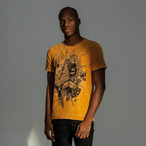 Camiseta masculina estampa do signo de Leão - Amarelo