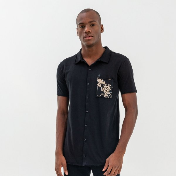 Camisa masculina de malha com manga curta bolso estampa floral - Preto