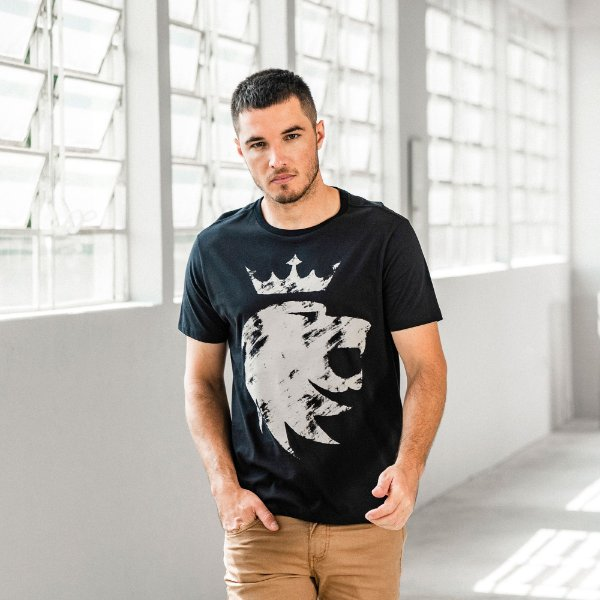 Camiseta masculina de manga curta estampa do leão da Vøn der Völke - Preto