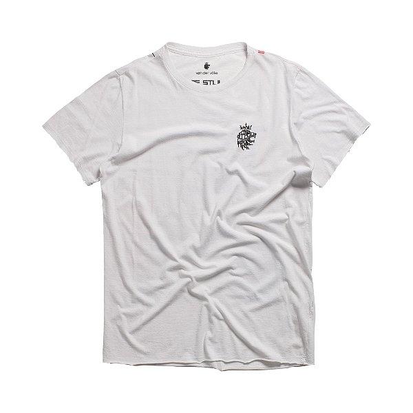Camiseta estonada com estampa do leão Vøn der Völke no peito - Branco