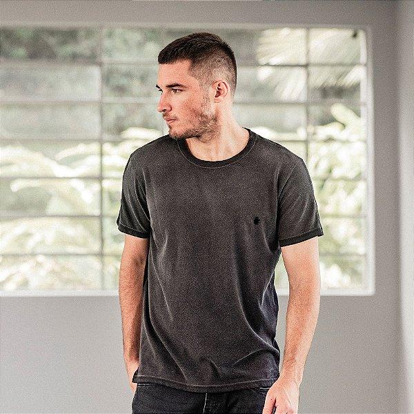 Camiseta masculina com spray corrosão e leão Vøn der Völke em rebite - Preto