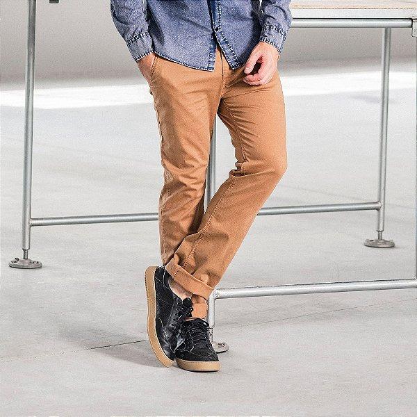 Calça masculina de sarja com elástico no cós modelagem slim - Marrom