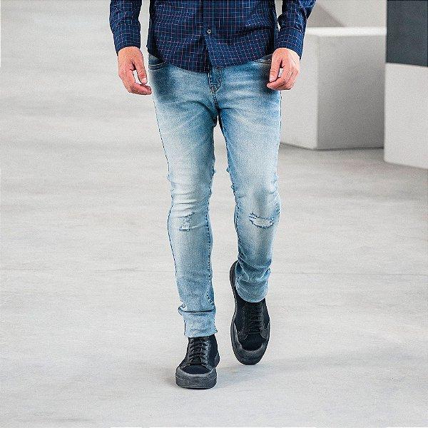 Calça jeans masculina slim lavação clara com puídos - Denim
