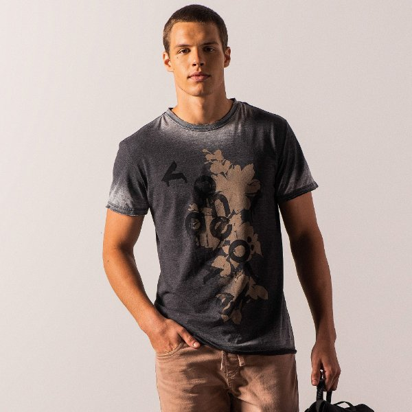Camiseta masculina com estampa floral efeito devorê e gola redonda - Preto