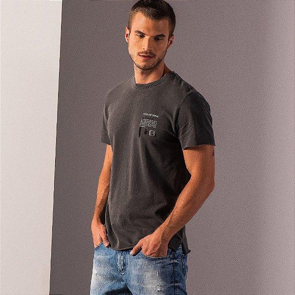 Camiseta masculina estonada estampa lettering no peito - Preto