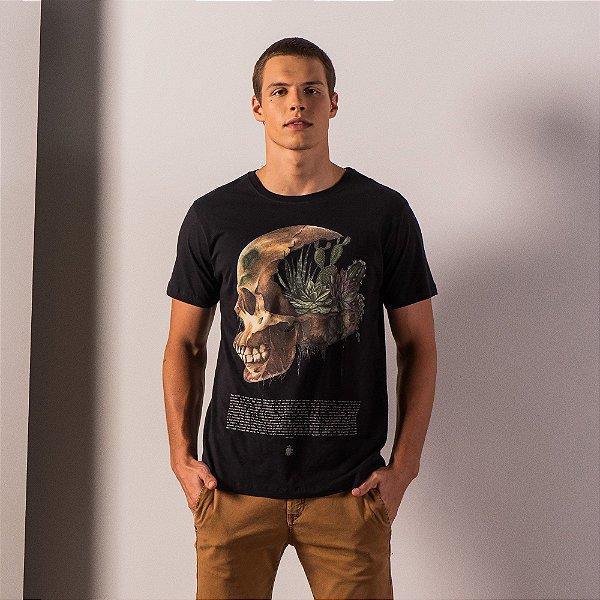 Camiseta masculina com estampa de caveira e plantas - Preto