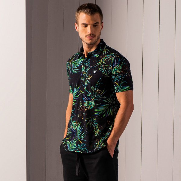 Camisa masculina de manga curta em malha com estampa de folhagens - Preto