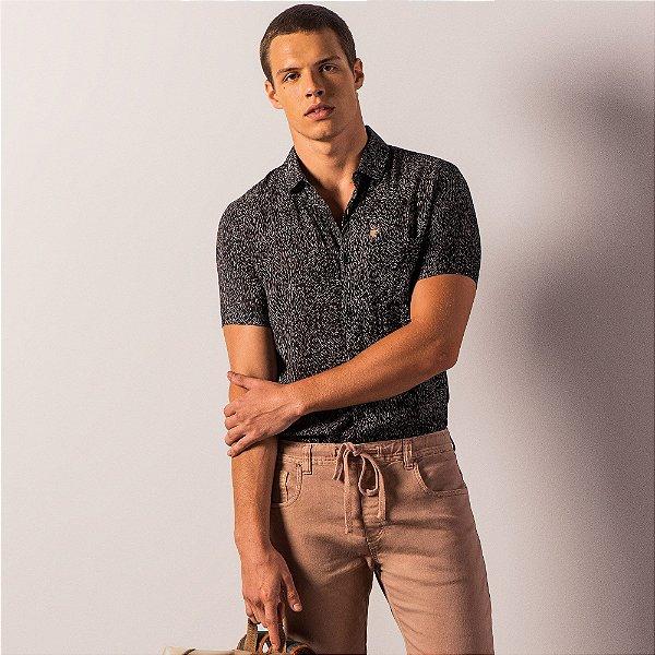 Camisa masculina manga curta tecido leve e estampa full print - Preto