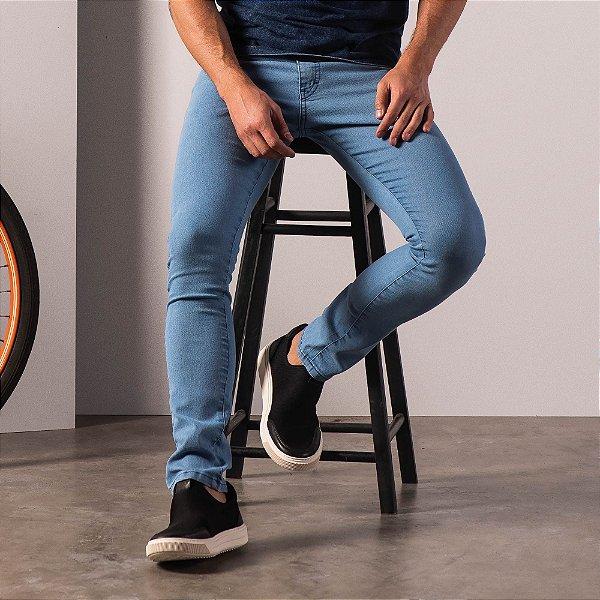 Calça jeans básica masculina modelagem slim e cos com passante - Light Denim