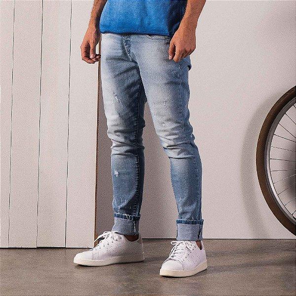 Calça jeans de modelagem reta lavação desbotada e puídos - Medium Denim