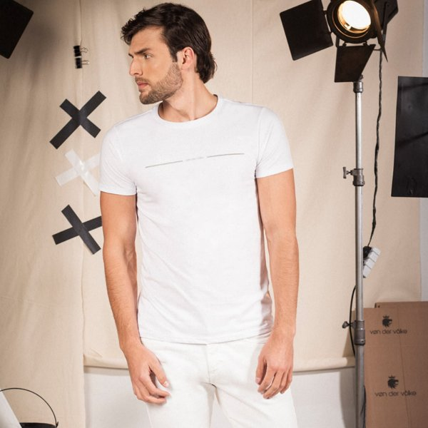 Camiseta masculina de manga curta estampa lettering Vøn der Völke - Branco