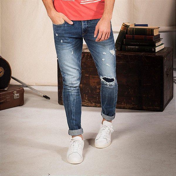 Calça jeans masculina modelagem reta lavação média detalhes destroyed - Denim