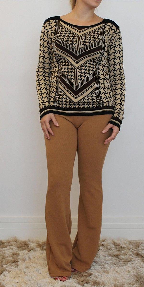 Calça feminina modelagem flare em tecido com micro relevos na cor caramelo