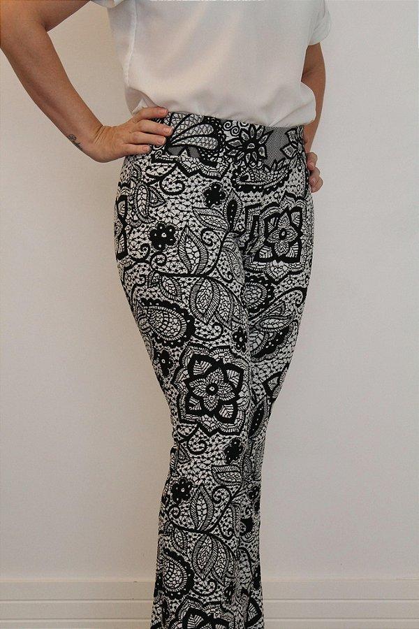 Calça feminina modelagem flare em tecido jacquard e estampa 3D four