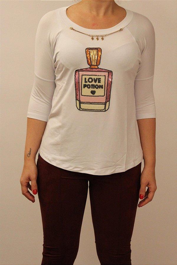 Tshirt Love Potion com aplicação de paetes colorido e corrente dourada